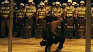 Repórter fotográfico tira foto de policiais antes de protesto em SP, em abril (Reuters)