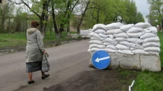 Posto de controle nos arredores de Mariinka (foto: BBC)