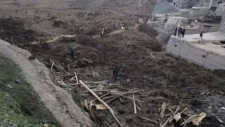 أطنان الطين التي سقطت من الجبل وأدت لدفن مئات المنازل في أفغانستان