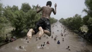 लाहौर गर्मी में डुबकी