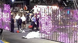 Trabajadores de emergencia atienden a acróbatas heridos