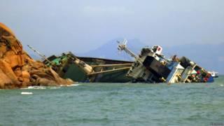 हांगकांग के एक द्वीप पर दुर्घटनाग्रस्त जलयान
