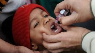 पोलियो का ड्रॉप पीता बच्चा