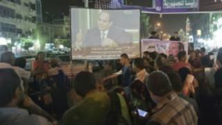 پخش مصاحبه سیسی از تلویزیون در خیابان ها