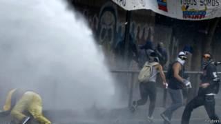 قنابل غاز تُلقى على متظاهرين فنزويليين
