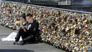 Casal visita Pont des Arts após casamento (foto: AP)