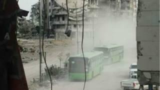 На цьому кадрі видно автобуси із евакуйованими людьми