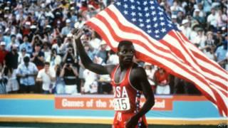 Американский бегун Карл Льюис празднует победу на стометровке на Олимпиаде в Лос-Анджелесе (4 августа 1984 г.)
