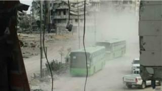 Rebeldes se retiram de Homs em ônibus (foto: BBC)