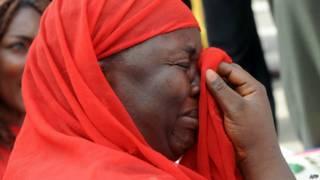 Mãe que teve filha sequestrada chora (foto: AFP)