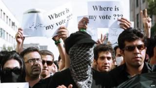 """محتجون إيرانيون يحملون لافتات تقول """"أين صوتي الانتخابي؟"""""""