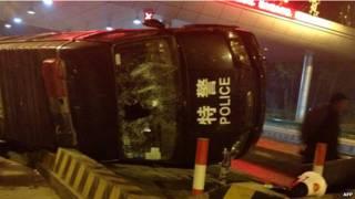 警車和警察成為公眾發洩憤怒的目標