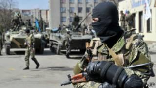 Вооруженный человек в маске у здания горсовета в Славянске, Донецкая область, 16 апреля 2014 г.