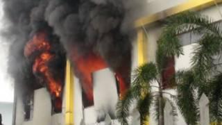 کارخانه چینی در آتش میسوزد