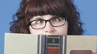 Косоглазая девушка в очках