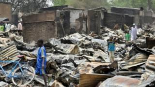 Cожженные магазины в Гамбору Нгала, Нигерия