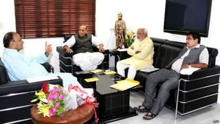 गांधीनगर में बैठक करते नरेंद्र मोदी, राजनाथ सिंह, अरुण जेटली और नितिन गडकरी