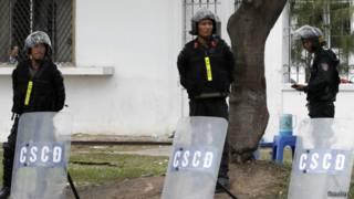 Cảnh sát gác tại một khu công nghiệp ở Bình Dương ngày 16/5