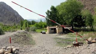 Самодельный КПП на границе Таджикистана и Киргизии