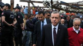 Премьер-министр Турции Реджеп Тайип Эрдоган на месте взрыва в угольной шахте в Соме 14 мая 2014 года