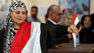 سيدة مصرية تدلي بصوتها في الانتخابات