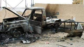 Un véhicule brulé lors d'une attaque en Libye