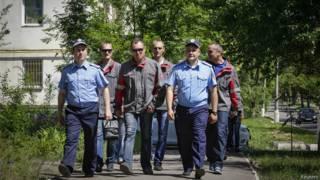 Рабочие и милиция патрулируют мариуполь