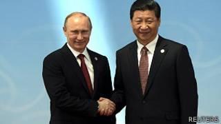Rais Vradimir Putin(kushoto) na Rais Xi Jinping(kulia)