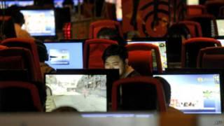 رجل في مقهى إنترنت في الصين