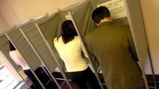 投票站內蓋票亭的背後是開放的。
