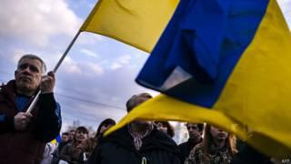 Мужчина с национальным флагом Украины
