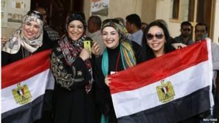 أربع سيدات يحملن علم مصر
