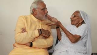 अपनी माँ के साथ नरेंद्र मोदी