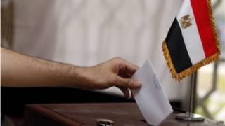 مصري يدلي بصوته في انتخابات الرئاسة المصرية في مسقط في 16 مايو/آيار