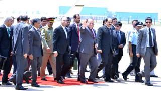 भारत पहुंचने पर लोगों का अभिवादन करते पाकिस्तान के प्रधानमंत्री नवाज़ शरीफ़