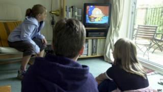 Crianças assistindo à TV | Crédito: BBC