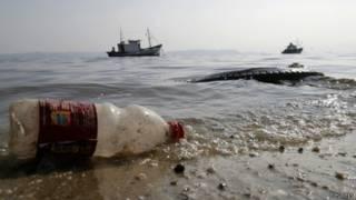 Пластиковая бутылка, выброшенная на берег моря