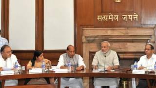 अपने मंत्रिमंडलीय सहयोगियों के साथ प्रधानमंत्री नरेंद्र मोदी