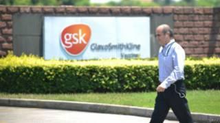 رجل يمر بجوار مقر شركة غلاكسو سميث كلاين في الصين