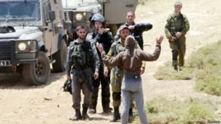 الجيش الإسرائيلي يوقف فلسيطينيا في الضفة الغربية