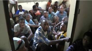 مهاجرون أفارقة متكدسين داخل غرفة