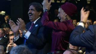 أمير قطر السابق، حمد بن عيسى، وقرينته الشيخة موزة يهللان عند إعلان فوز قطر بتنظيم كأس العالم