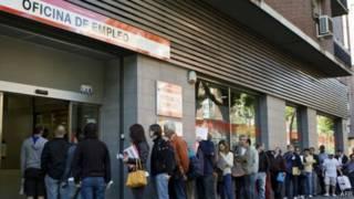 صف من الإسبان أمام مكتب توظيف