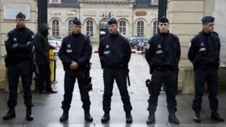 Полицейские у здания суда в Версале