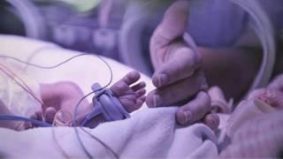طفل رضيع في  مستشفى