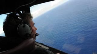 Летчик в самолете над океаном