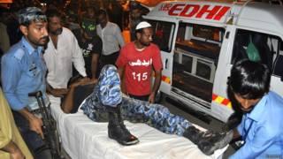 एक घायल सुरक्षाकर्मी को अस्पताल ले जाते हुए