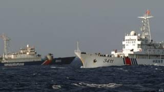 中國海警船(右)與越南海警船在南沙群島(14/5/2014)