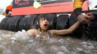 mujer nadando en hielo