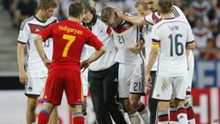 Marco Reus sai de campo lesionado em amistoso da Alemanha contra a Armênia